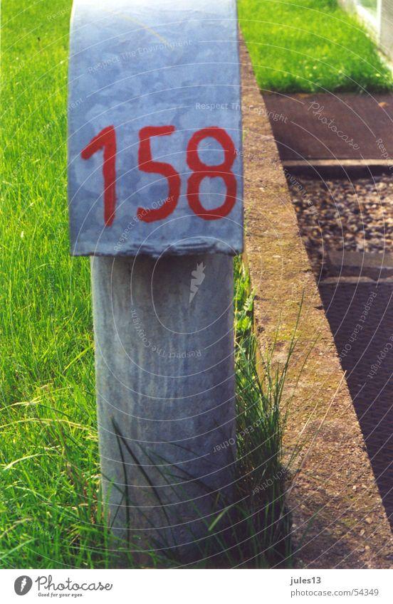 Meilenstein Ziffern & Zahlen rot grün Gras saftig knallig hart Blech grau Typographie 158 dreistellig Außenaufnahme Stein handgemalt Natur