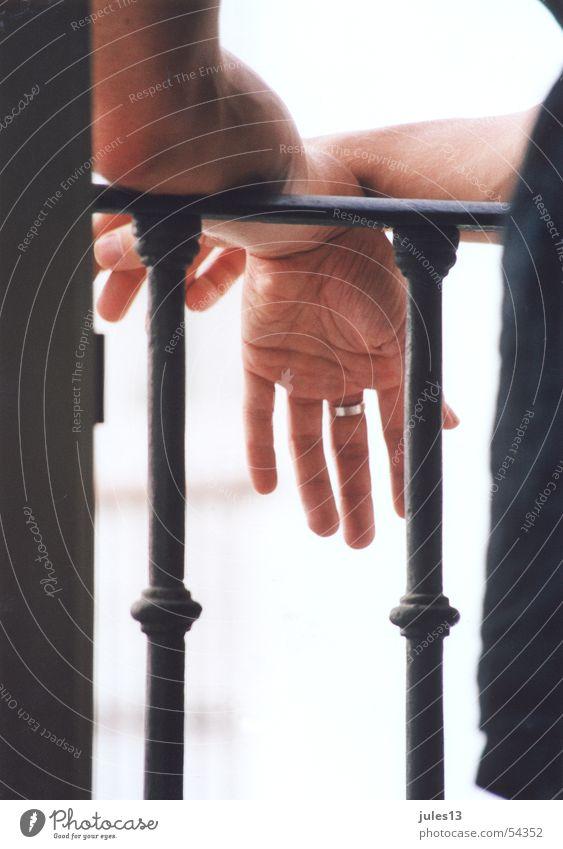 Raucherpause Hand schwarz 2 Haut Finger Perspektive Kreis Balkon Eisen