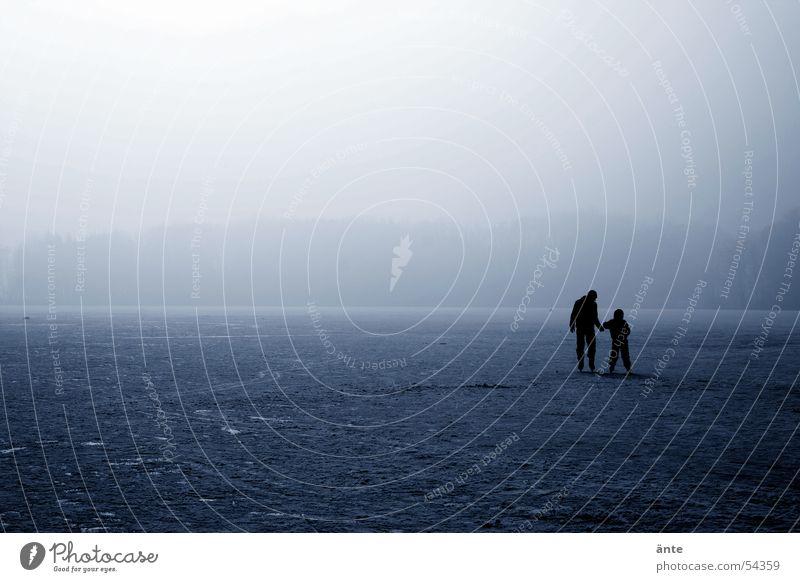 Eiszeit Kind Sonne blau Winter ruhig Einsamkeit Schnee See Freundschaft Eis hell Niveau Spaziergang Spuren Vertrauen Vater