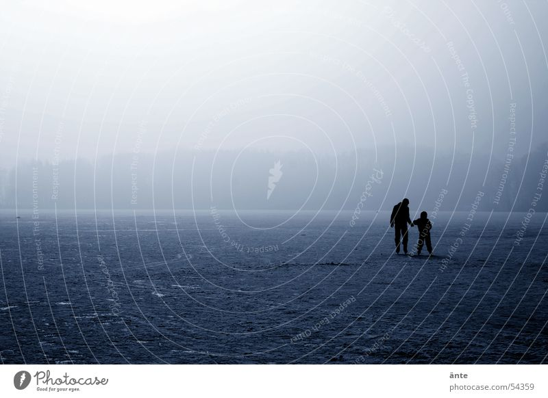Eiszeit Kind Sonne blau Winter ruhig Einsamkeit Schnee See Freundschaft hell Niveau Spaziergang Spuren Vertrauen Vater