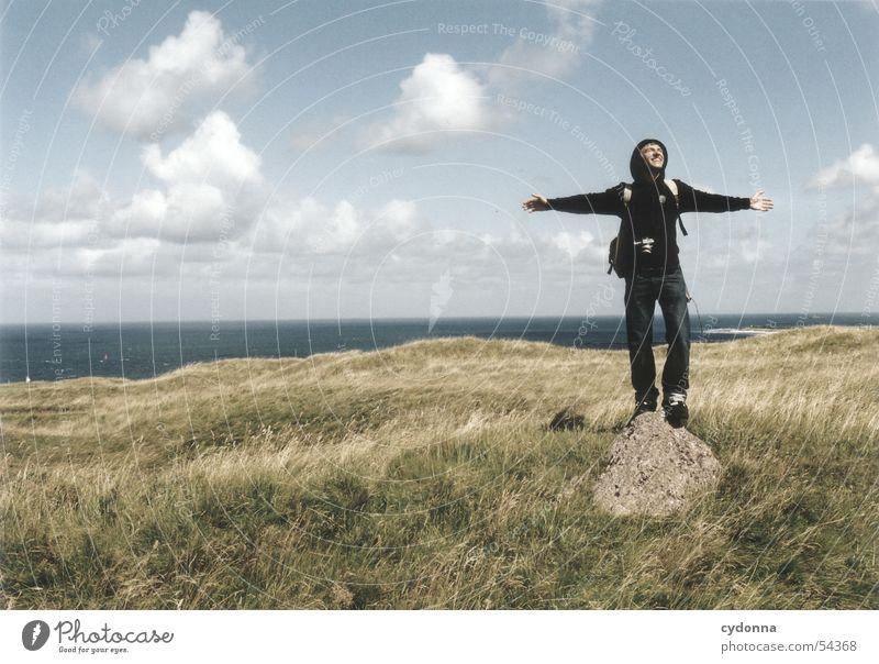 Freisein! Mann Körperhaltung Wolken Wiese Meer Gefühle loslassen Eindruck Sommer Mensch Freiheit Landschaft Himmel Stein Nordsee Helgoland Wind Gesichtsausdruck