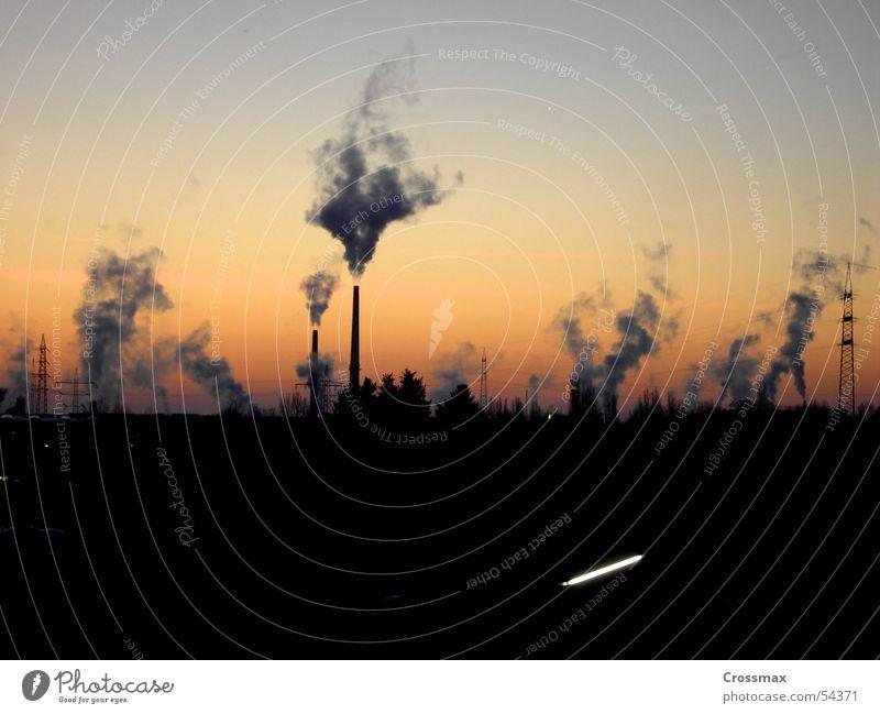 rauchzeichen Baum Winter Wolken dunkel kalt Eis glänzend Horizont Industriefotografie Kitsch Rauch Abgas Schornstein Wasserdampf