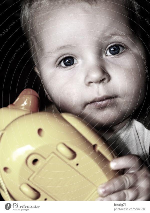 My Toy. Kind Spielzeug Spielen Porträt Fragen Junge Auge Gesicht Blick gelbe ente