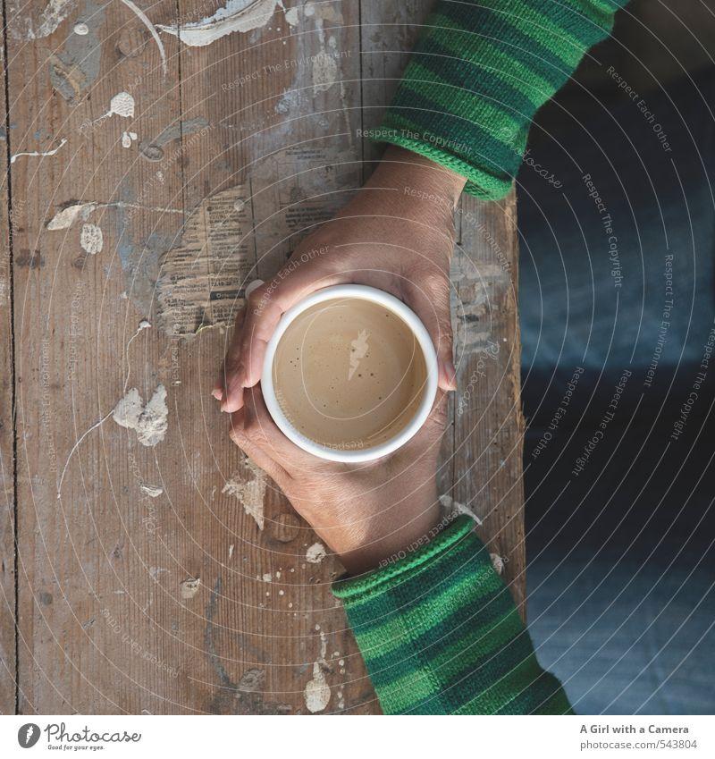 to pause Getränk Heißgetränk Kaffee Mensch feminin Frau Erwachsene Leben Hand 1 30-45 Jahre festhalten heizen Streifenpullover heiß Tasse Tisch Pause genießen