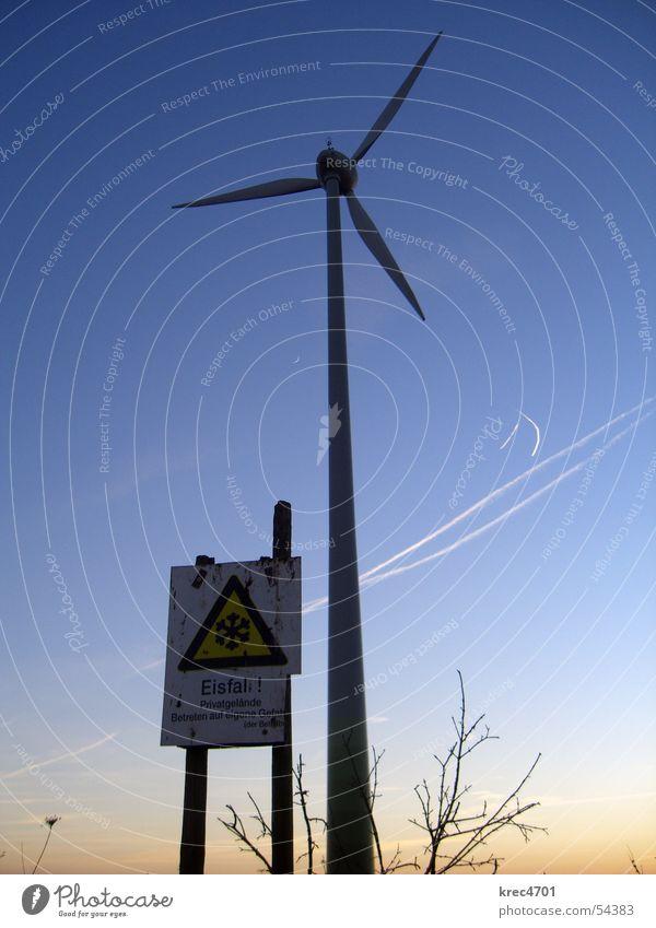Gefährliche Windkraft Himmel Sonne Winter Schilder & Markierungen gefährlich bedrohlich Windkraftanlage Blauer Himmel Warnschild Eisfall