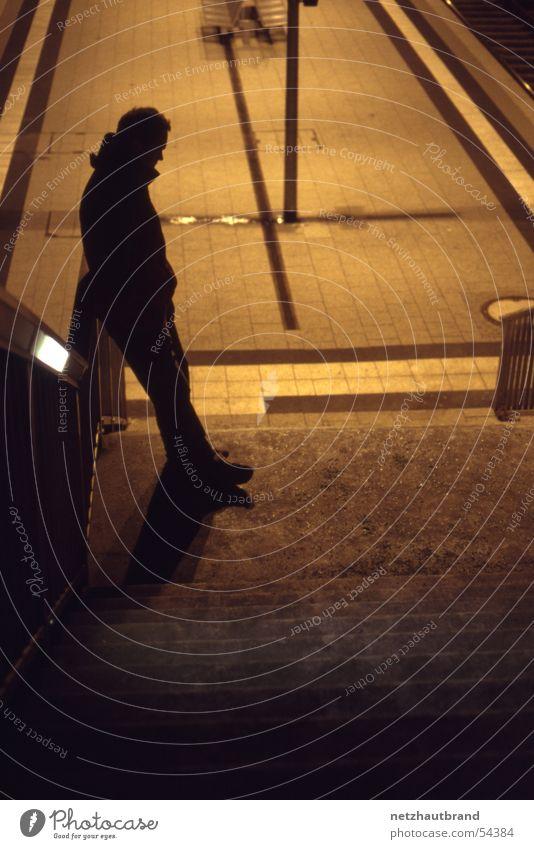 Lichtstimmung am Bahnhof Mann gelb Lampe dunkel hell warten Bahnhof Lichtstimmung