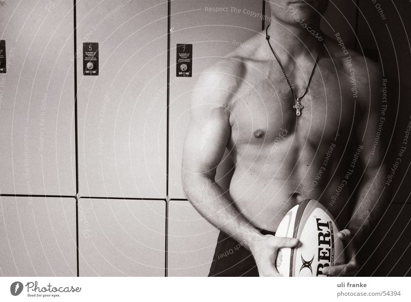 Rugby01 Rugbyspieler Rugbyball Umkleideraum Mann maskulin nackt Führerhaus Akt Muskulatur Ball Sport Sportler Männlicher Akt