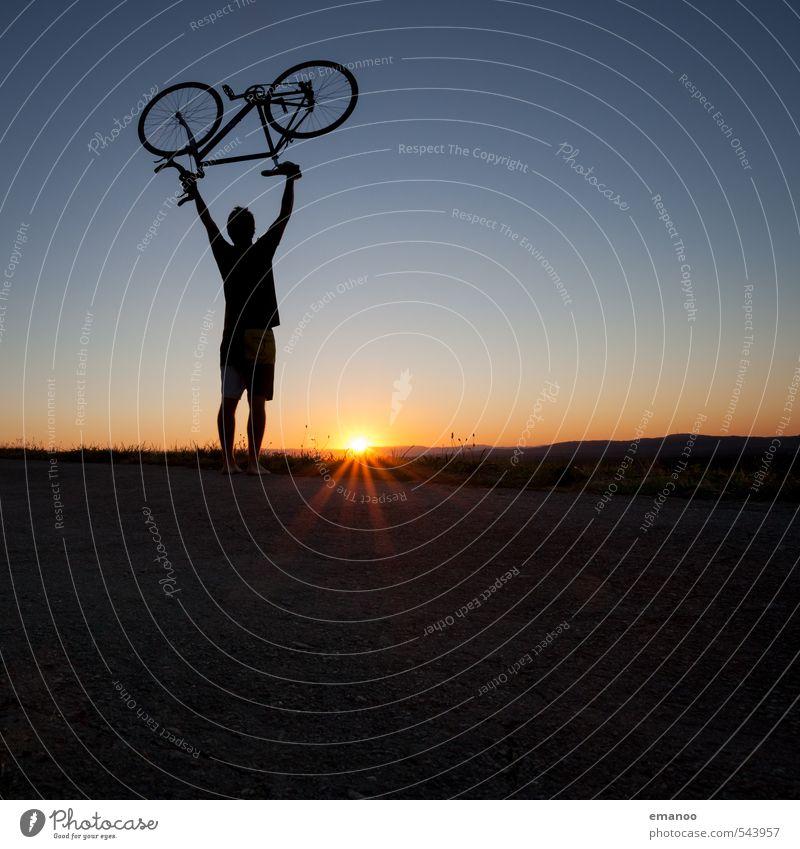 Radler Mensch Himmel Jugendliche Ferien & Urlaub & Reisen Mann blau Sommer Sonne Landschaft Freude schwarz Junger Mann Erwachsene Berge u. Gebirge Wärme Sport