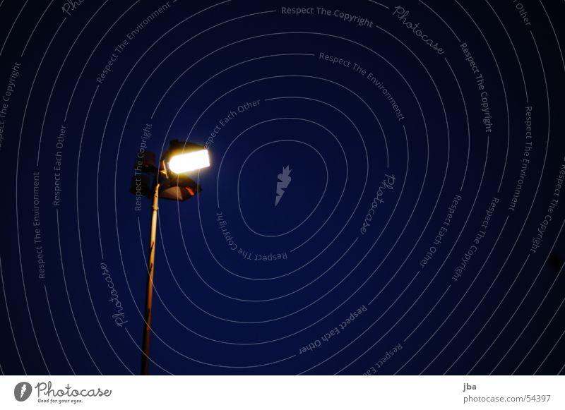 Es werde Licht... blau schwarz Lampe Beleuchtung Laterne Eisen Scheinwerfer