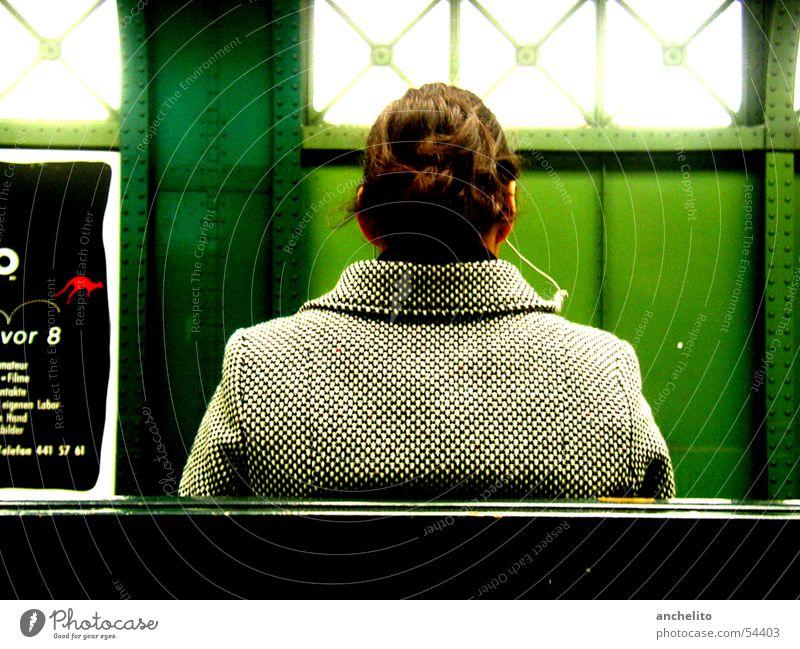 Eberswalder Straße Frau Mensch grün Sonne ruhig Erholung Farbe Fenster Musik sitzen warten Bank stoppen hören Jacke Konzert