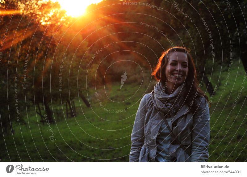 Junge Frau lacht in der Abendsonne feminin Jugendliche Erwachsene 1 Mensch 18-30 Jahre Umwelt Natur Pflanze Sonne Sonnenaufgang Sonnenuntergang Sonnenlicht