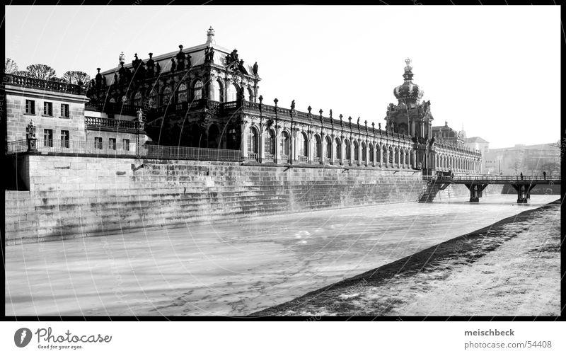 aus dem zwinger Dresden Zwinger alte bau schwarz/weis Gebäude Architektur