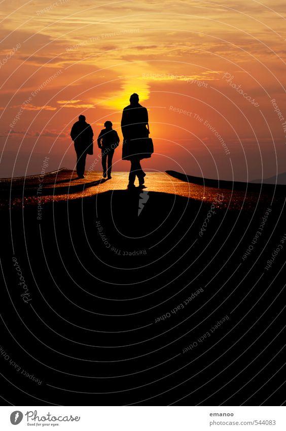 über die Brücke Mensch Frau Himmel Ferien & Urlaub & Reisen Mann Stadt Erholung Freude schwarz kalt Erwachsene gelb Straße Wege & Pfade Stil Lifestyle