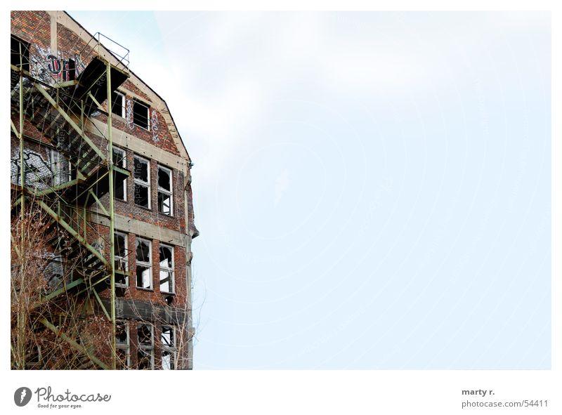 Stairs Of Steel Himmel grün Haus Wand Fenster Stein Treppe Ecke gebrochen Fensterscheibe