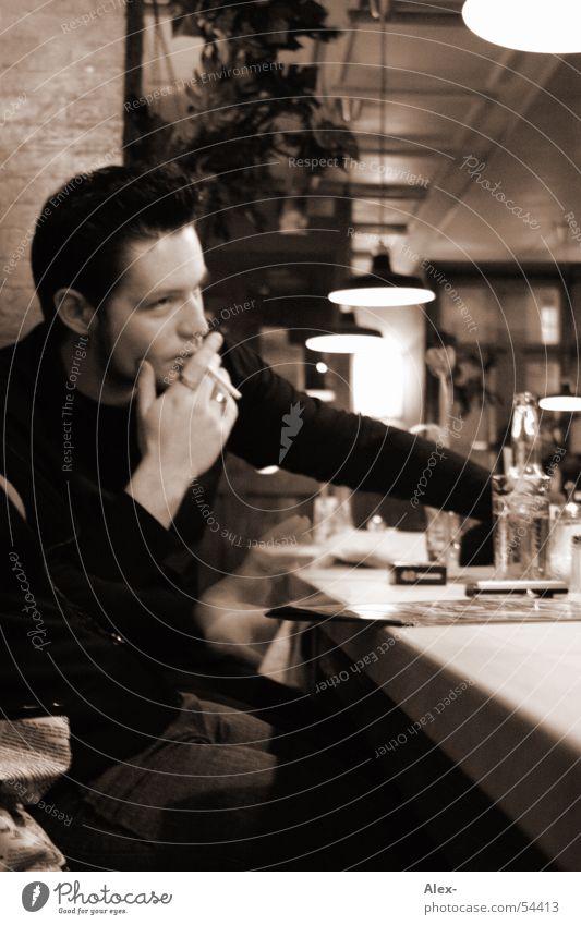 The lonely man Mann Einsamkeit trinken Bar Rauchen Gastronomie Café Zigarette Örtlichkeit Ambiente Kneipe
