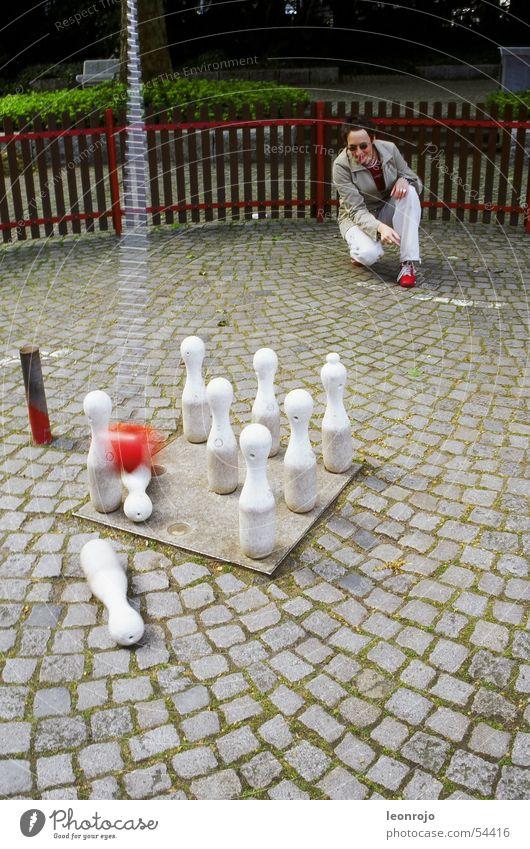 Karlsruher Zoo mit Bowlingspiel & Kegeln Bowlingkugel bowlingball Kette kegelförmig rot weiß Zaun Ball Kopfsteinpflaster Stein