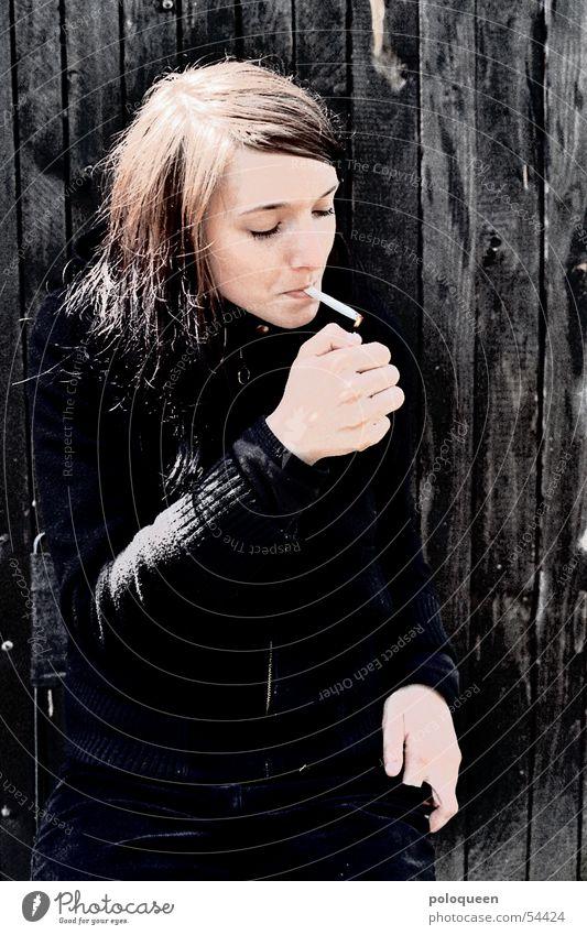 fight fire with fire Frau schwarz Brand Rauchen Rauch Zigarette