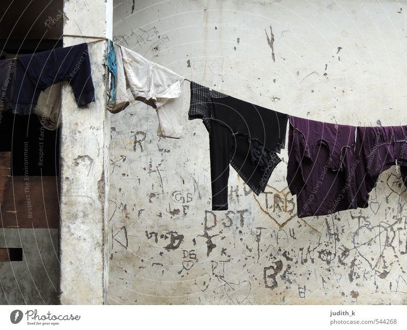 Waschtag... Waschhaus Indien Dorf Hütte Mauer Wand Bekleidung T-Shirt Hose Pullover Stoff Armut dreckig nass Sauberkeit trist grau weiß Reinlichkeit ruhig