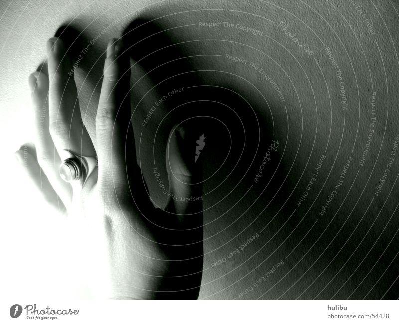 Hand an der Wand schwarz weiß Licht Mondstein Kreis Schatten silber