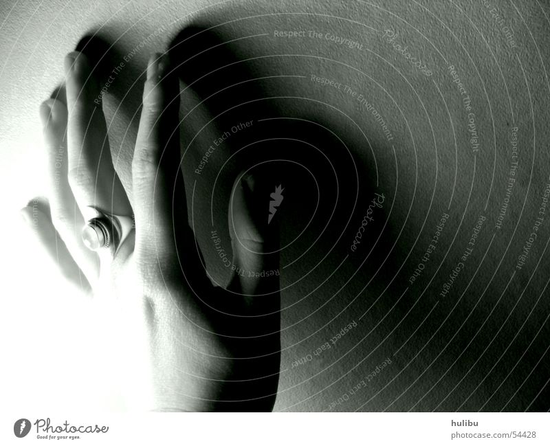 Hand an der Wand weiß schwarz Kreis silber Mondstein