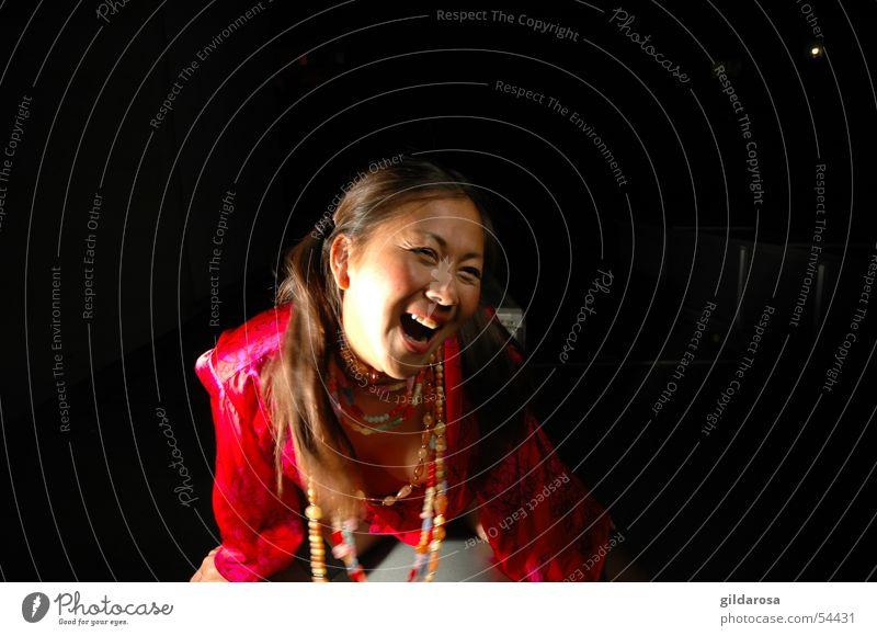 Nachtleben Thai Asien Frau jauchzen Zopf schwarz rot mehrfarbig Kimono Fröhlichkeit kindlich Lust chinesische Kampfkunst Kampfpause Fächer Sommer Satin Seide