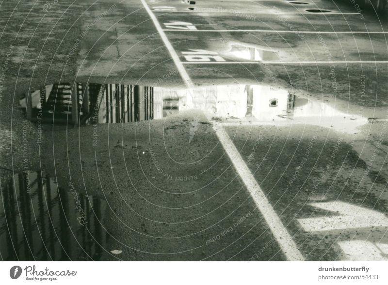 Pfützen, so groß wie kleine Seen Reflexion & Spiegelung Parkplatz Asphalt Regen Linie grau nass