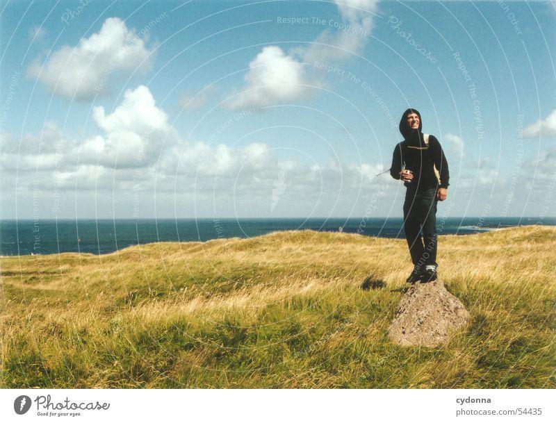 Freisein II Mensch Mann Himmel Meer Sommer Wolken Wiese Gefühle Freiheit Stein Landschaft Wind Körperhaltung Gesichtsausdruck Nordsee Eindruck