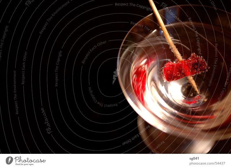 bittersüß Cocktail rot Gummibärchen Zahnstocher Getränk Vodka Süßwaren Bar trinken Flüssigkeit Cocktailglas Sektglas aufgespiesst durstig dunkel schwarz Glas