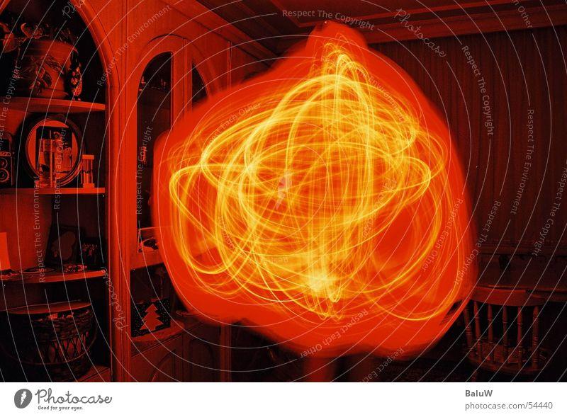 Schwester fuchtelt mit Lampe Licht Innenaufnahme orange verschwomen Reaktionen u. Effekte