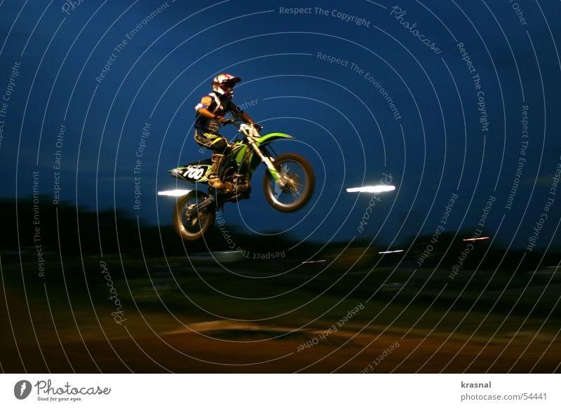 motocross jump Mountainbike springen extrem Freizeit & Hobby Motocrossmotorrad motorcycle mid air Sport dirt Außenaufnahme hoch gefährlich Risiko dunkel Abend