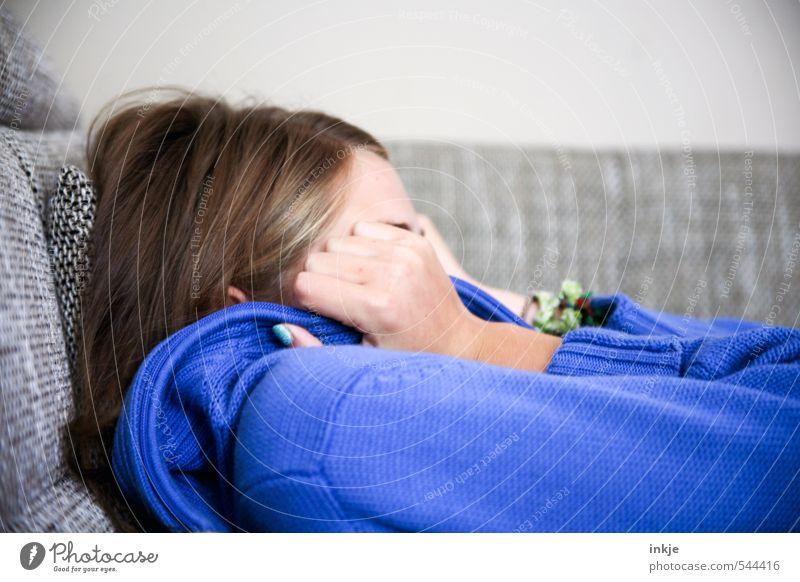 blues Lifestyle Freizeit & Hobby Häusliches Leben Wohnung Sofa Wohnzimmer Mädchen Kindheit Jugendliche Kopf Hand 1 Mensch 13-18 Jahre liegen Traurigkeit blau
