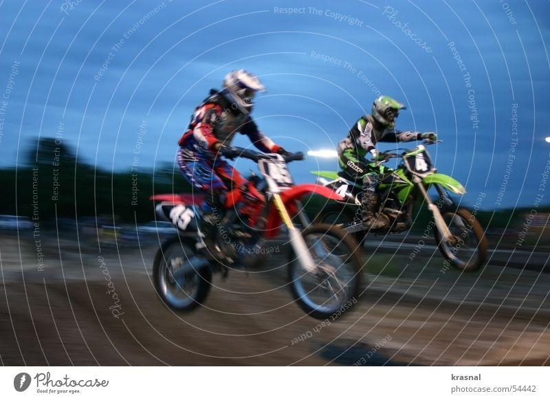 dual bike jump Mountainbike springen extrem Freizeit & Hobby moto motorcycle mid air Sport dirt Außenaufnahme Bewegungsunschärfe Air Abend Mut gefährlich Risiko