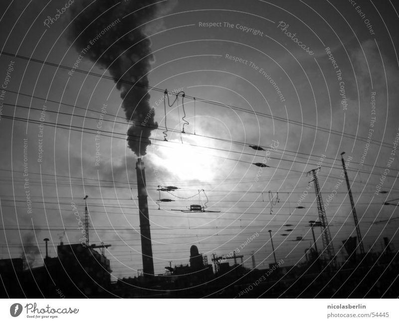 the day after tomorrow Wolken dunkel Smog schwarz weiß Nebel Unterdrückung Außenaufnahme Fabrik Sonne Rauch Schornstein Industriefotografie dreckig Natur