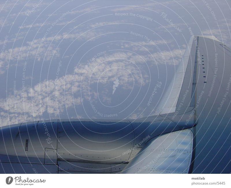 out of plane Flugzeug Tragfläche über den Wolken