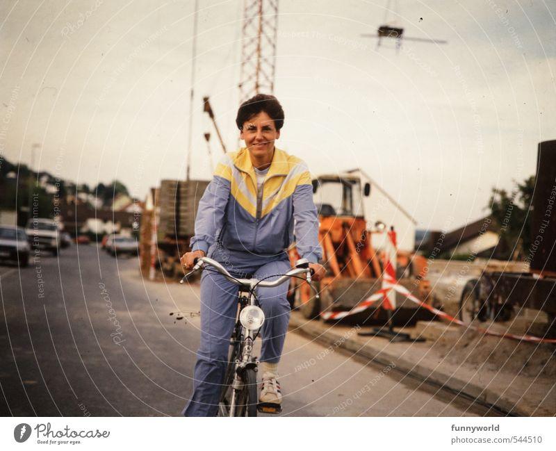 Fahrraddress... Frau Freude Erwachsene Bewegung Sport Gesundheit Fahrrad Fröhlichkeit Lächeln Fitness Fahrradfahren retro fahren sportlich Dorf Sport-Training