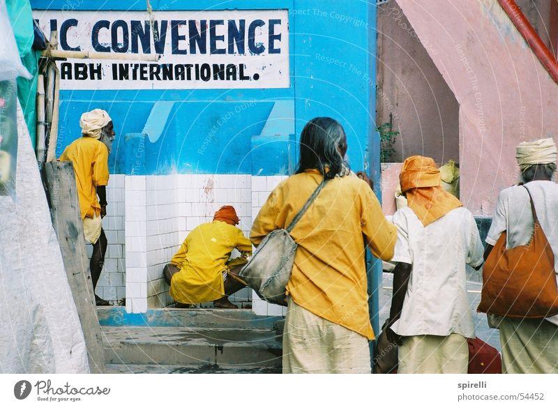 Pinkeln macht Spass Mann alt Himmel blau gelb Farbe dreckig offen Asien Kultur Sauberkeit Toilette Amerika Indien Geruch urinieren