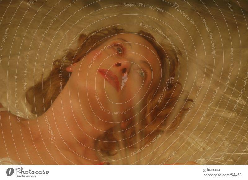Der lange Schlaf Frau blond Porträt Folie Überzug rot weiß Bodenbelag Schneewittchen Platzangst eng hell ruhig Eros Zauberei u. Magie Märchen Lust woman