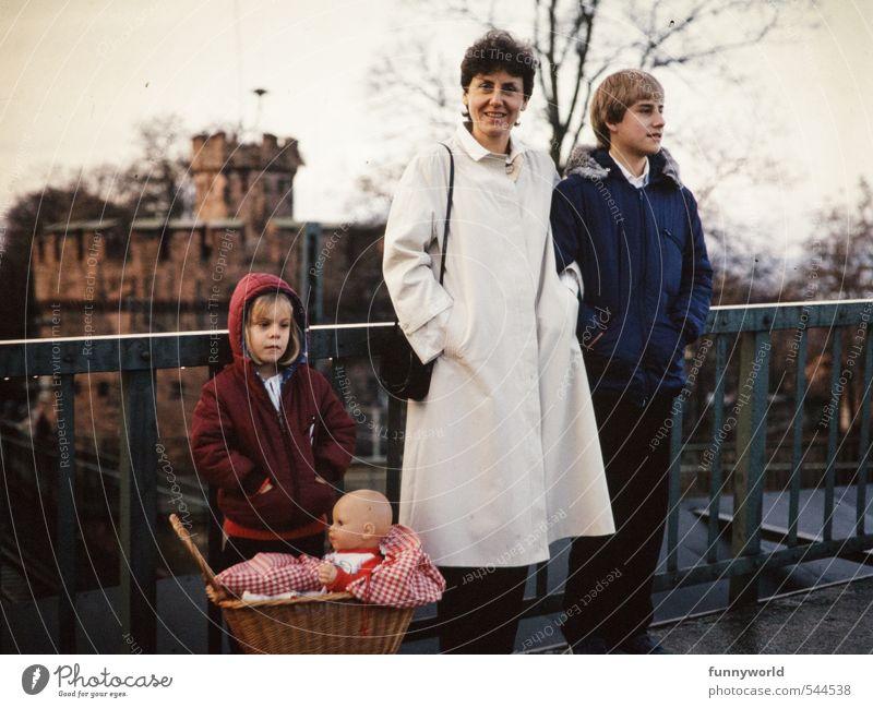 Familienausflug mit Puppe Mensch Kind Erwachsene Kindheit retro Mutter Familie & Verwandtschaft Ferien & Urlaub & Reisen Bruder Eltern Geschwister Schwester