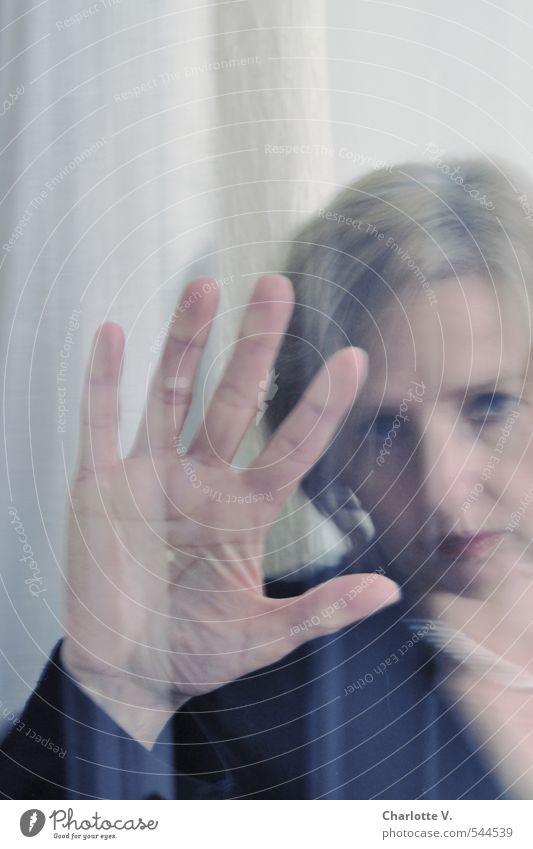 Abschied Mensch Frau weiß Hand Einsamkeit schwarz Ferne Erwachsene kalt Fenster Traurigkeit Gefühle feminin träumen blond 45-60 Jahre
