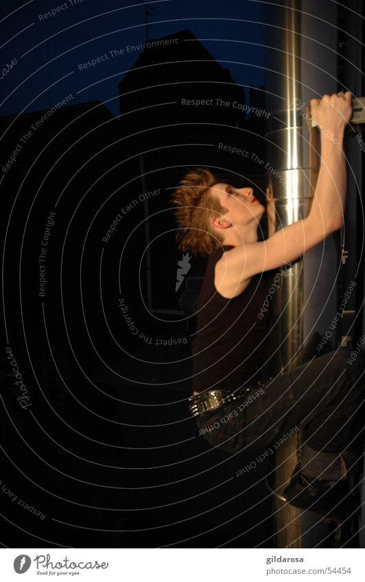 nach oben Frau Jugendliche Erwachsene Kraft Junge Frau hoch 18-30 Jahre Klettern dünn Stahl aufwärts hängen anstrengen Punk Muskulatur