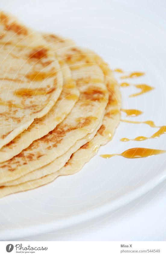 Pfannkuchen Lebensmittel Teigwaren Backwaren Ernährung Frühstück Mittagessen lecker süß Omelett Honig Ahornsirup Sirup Snack Teller Tellerrand Tropfen Crêpe
