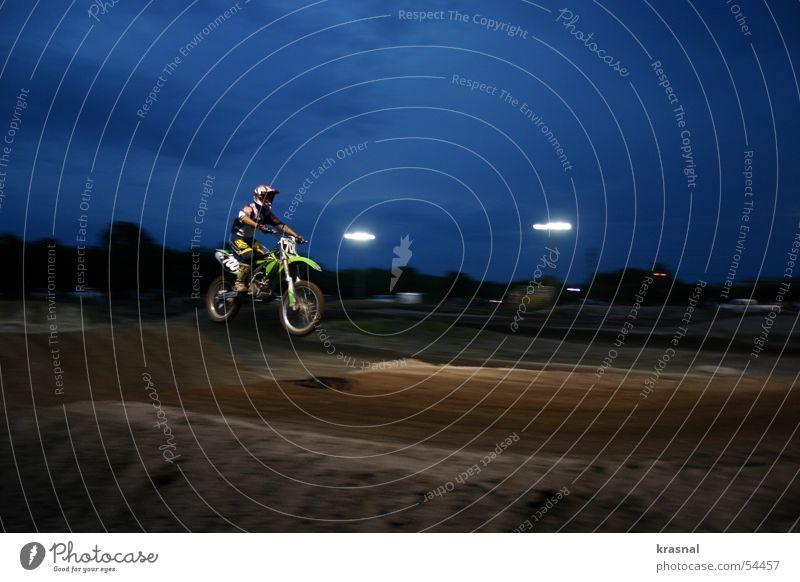 motocross jump2 Freude dunkel Beleuchtung Sport Freiheit springen Freizeit & Hobby gefährlich hoch Risiko Mut extrem Mountainbike Motorrad Motocrossmotorrad Air