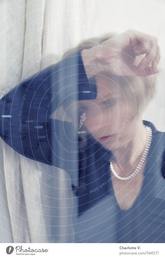 November-Depression Mensch feminin Frau Erwachsene 1 45-60 Jahre Fenster Denken Blick Traurigkeit blond dunkel trist schwarz weiß Gefühle Sorge Sehnsucht