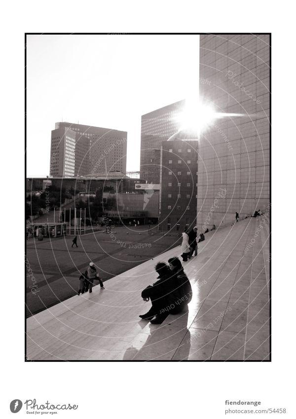 life is shining through ruhig Hochhaus Paris La Grande Arche bw Schwarzweißfoto Treppe Mensch Sonne