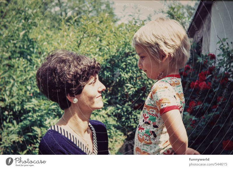 Mutti und ihr Großer Kind Erwachsene Liebe Junge Glück Zusammensein Kindheit Warmherzigkeit retro Sicherheit Mutter 8-13 Jahre Vertrauen