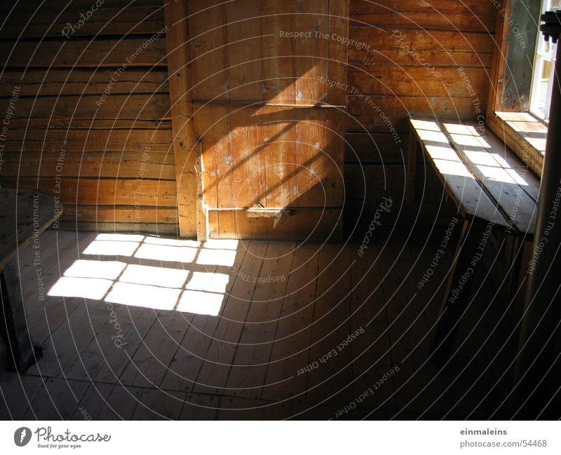 Licht in Norwegen Fenster Europa Lofoten Holz rustikal gemütlich Physik naturlicht Sonne Tür Bank Wärme innenaufnahme bei tageslicht