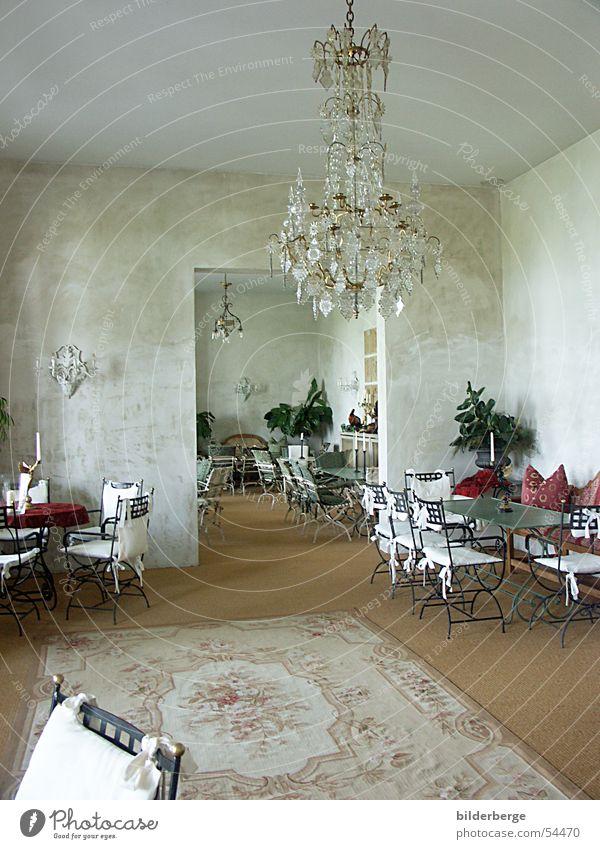 Innenraum Orientteppich Raum Teppich Lampe Tisch Stuhl Wand Kissen Zimmerpflanze Innenarchitektur Kronleuchter Bodenbelag Licht Polster Ernährung Möbel