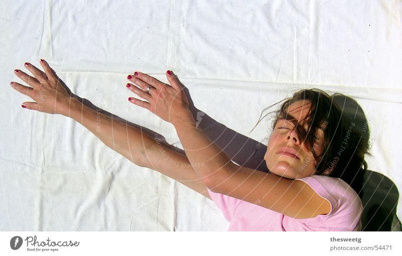 verrenkte Karin Frau Hand Arme schlafen liegen Falte drehen zeigen matt verrenken deuten Leinentuch