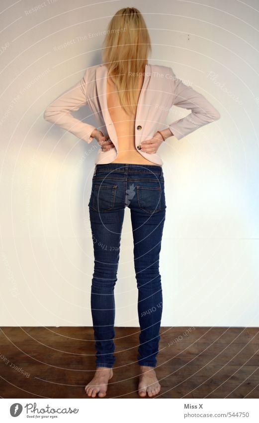 Saahllehcs Acsecnarf Körper Mensch feminin Junge Frau Jugendliche Rücken 1 18-30 Jahre Erwachsene Bekleidung Jeanshose Jacke blond außergewöhnlich gruselig