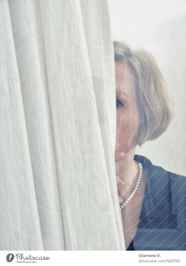Spionin Mensch feminin Frau Erwachsene 1 45-60 Jahre Fenster Vorhang Fensterscheibe Perlenkette Stoff Glas beobachten entdecken Blick bedrohlich kalt Neugier